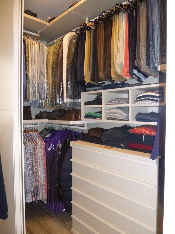 realizzazione di cabina armadio con porte scorrevoli, particolare cassettiera interna e vani porta maglioni
