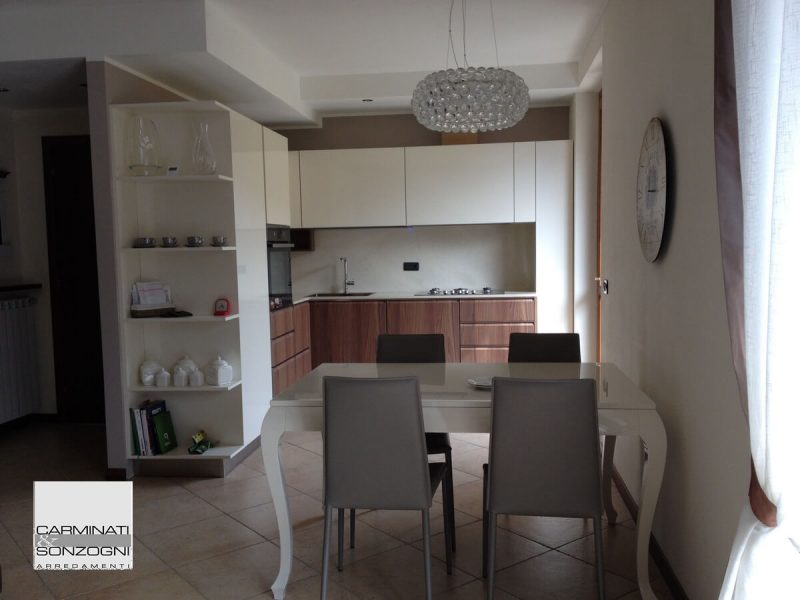 Realizzazione di cucina Mesons M26 in noce e laccata bianca a Bergamo