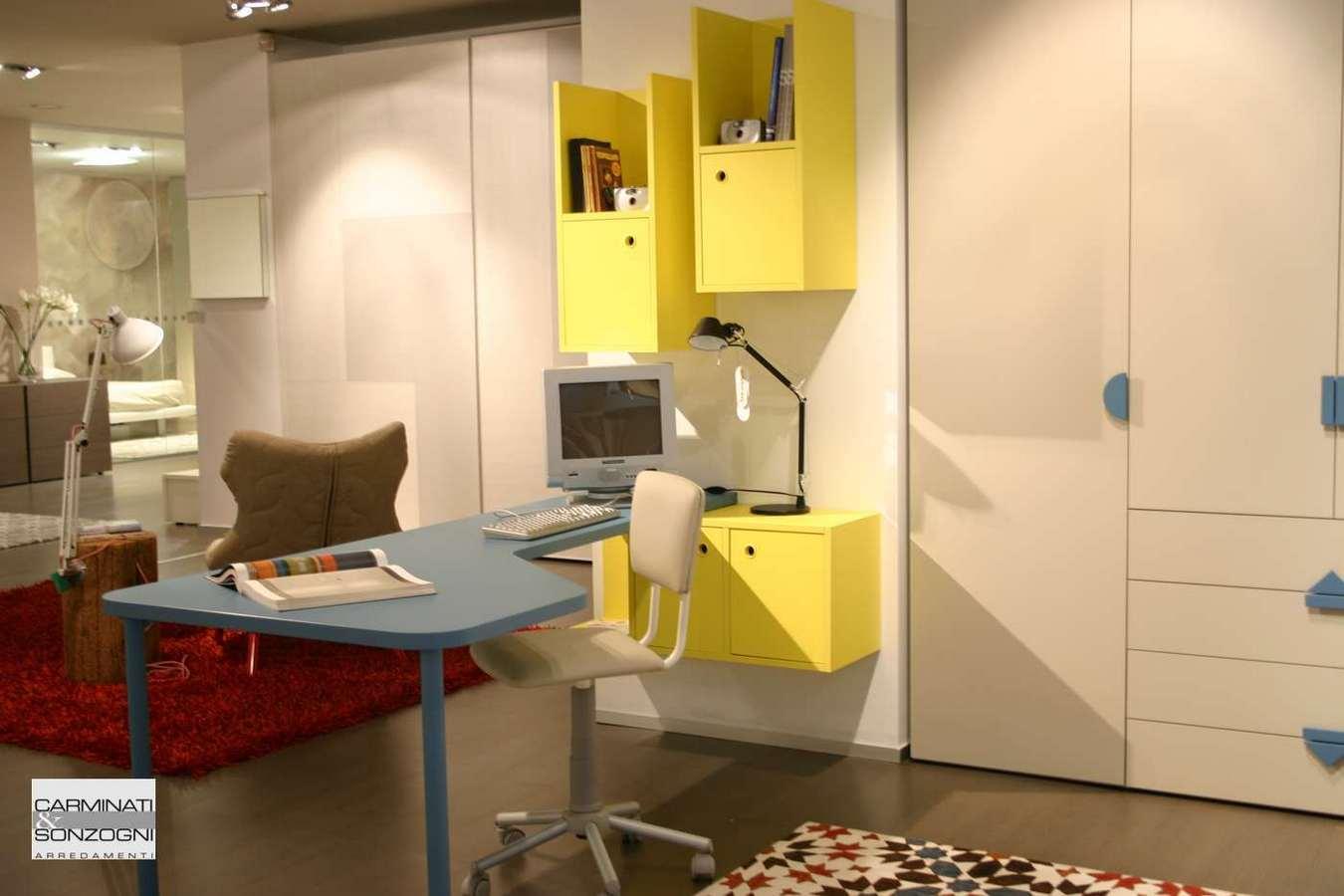 scrivania e sedia nella cameretta