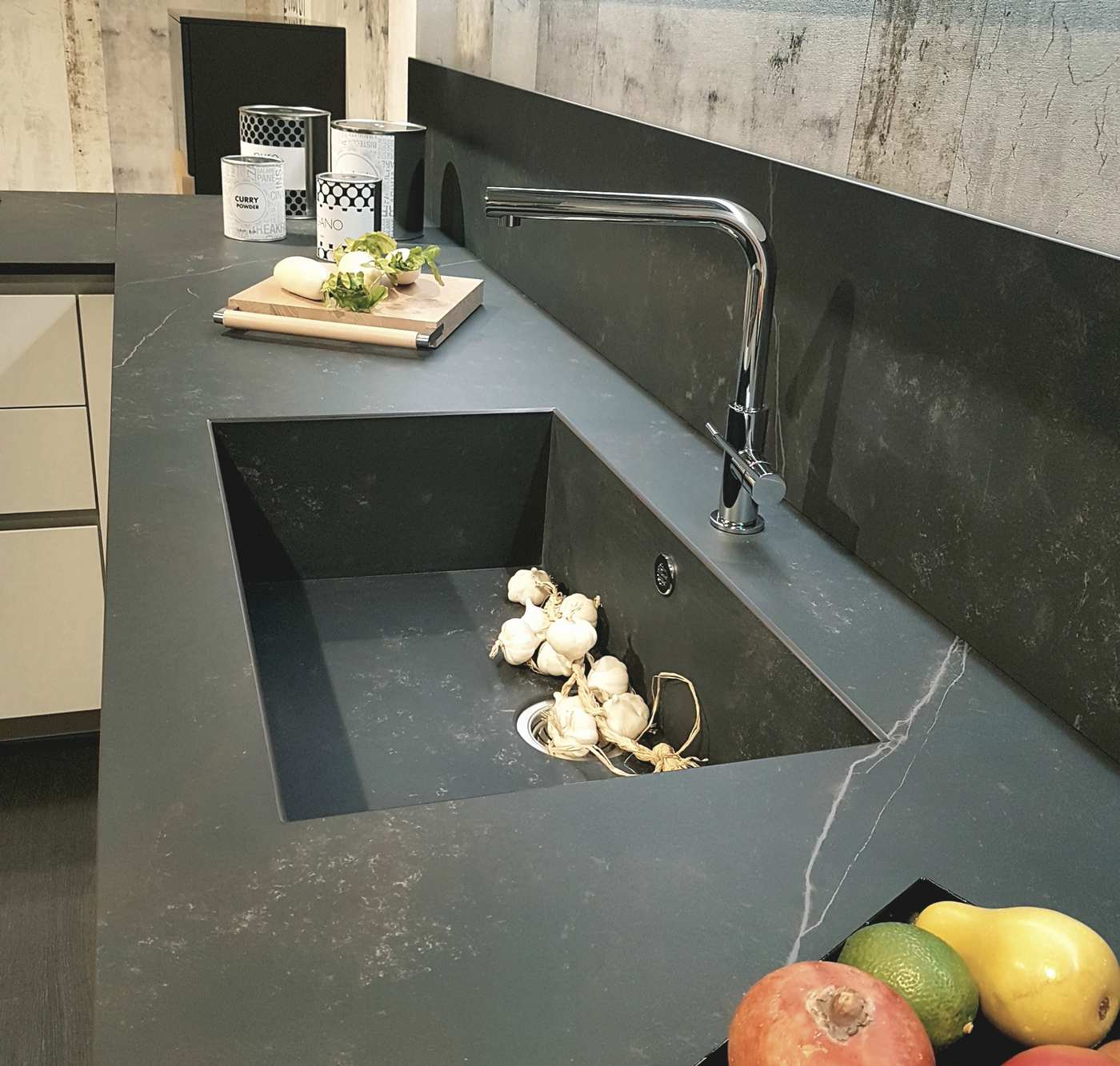 cucina con vasca lavello integrata nel piano Dekton nella cucina Way Snaidero - Bergamo