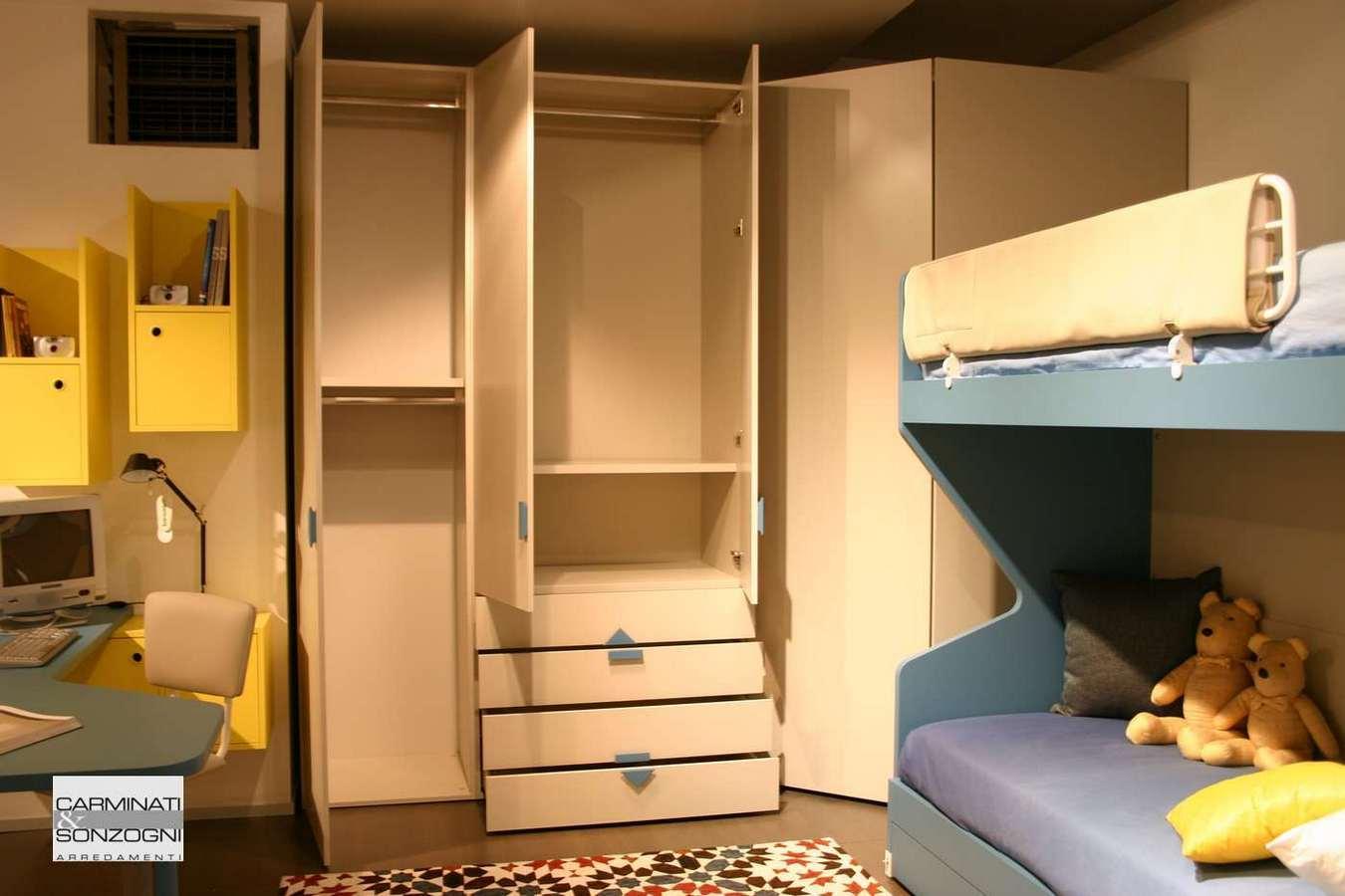 vista armadio aperto nella cameretta